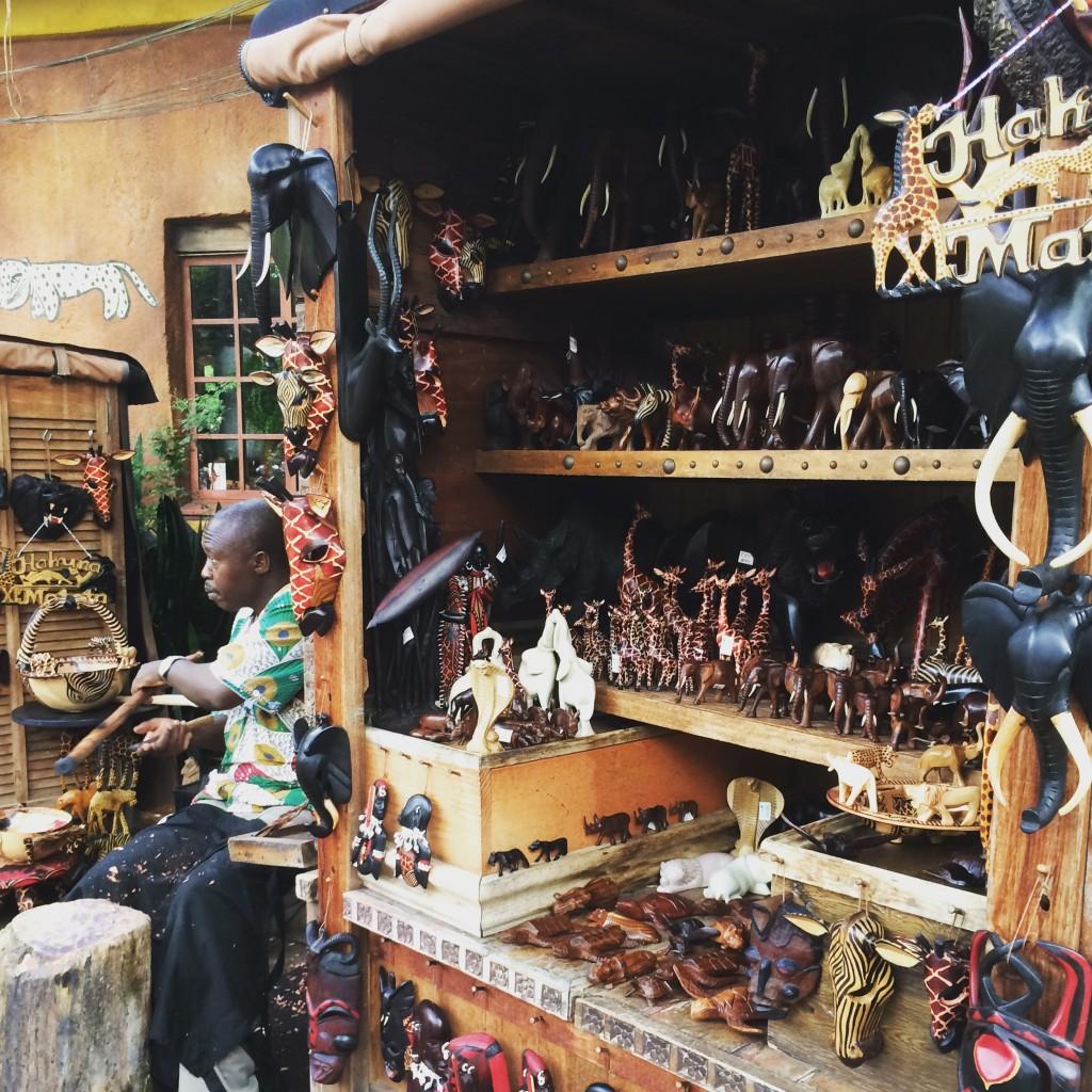 アフリカンなお土産屋とか