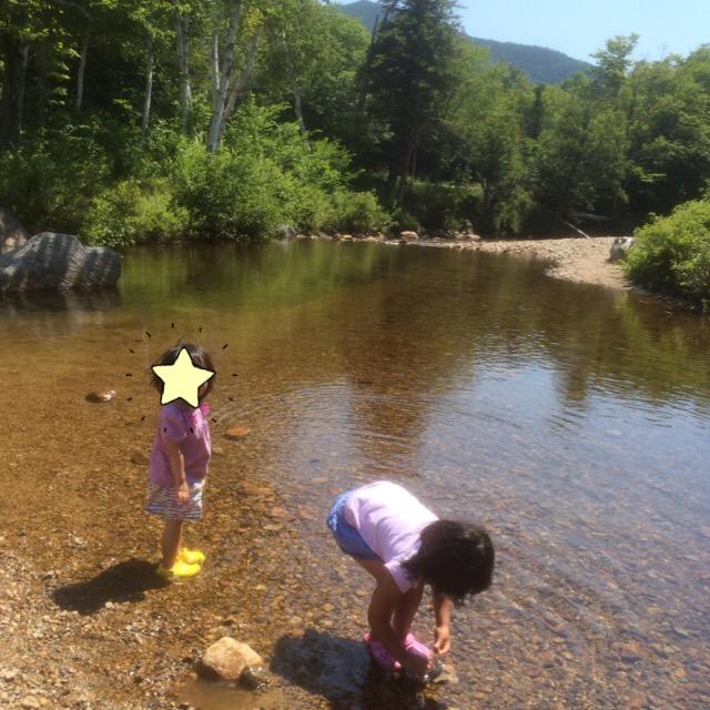 すぐそばに浅い川が流れていて車乗りっぱなしの子供はテンション↑