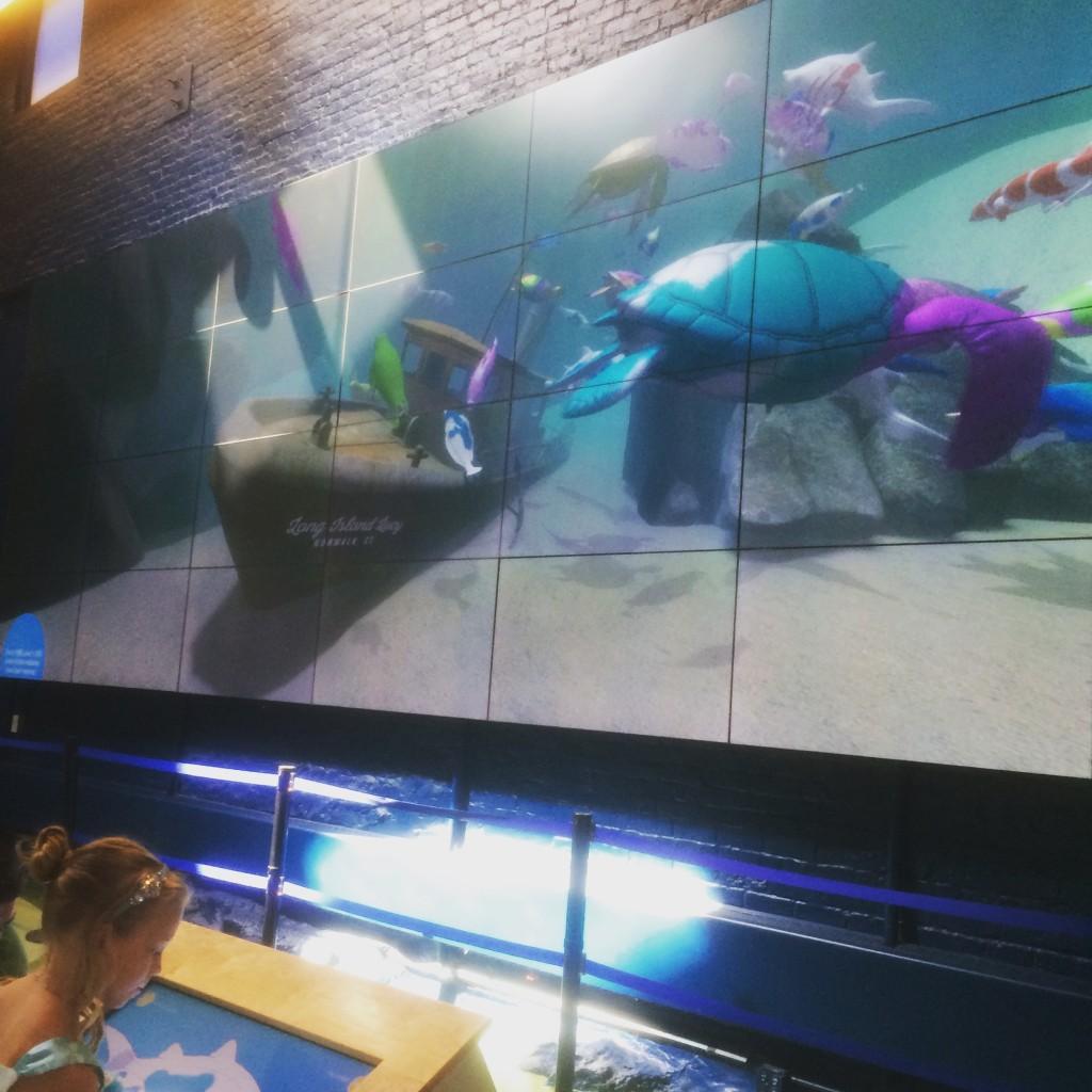 子供がモニタで選んだ魚に色つけすると大画面に表示できる